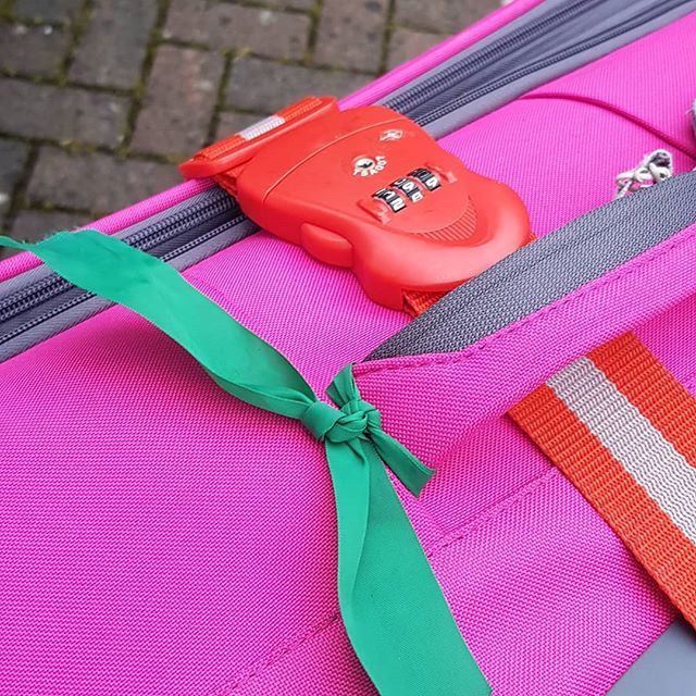 "Mum's Travel Tips: ""I always tie a coloured ribbon through my bag handle so I know which one is mine"" #nailedit #atleastitsnotablackbagwitharedribbonlikealltheothers"